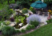 Водоём в саду с зоной отдыха