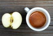 Чашка кофе и яблоко