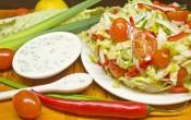 Салат из овощей с лимонно-луковой заправкой