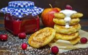 Яблочные сырники с начинкой из клюквы с апельсином