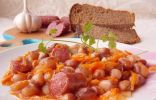 Тушёная фасоль с копчёными колбасками в томатном соусе