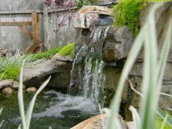 Можно устроить небольшой водопад на декоративном пруду