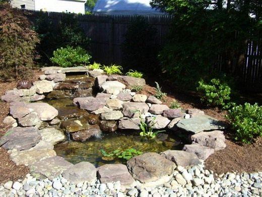 У декоративного пруда можно устроить декоративный фонтан
