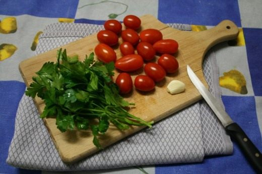 Петрушка, чеснок и томаты