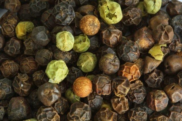Плоды перца чёрного в разных стадиях созревания