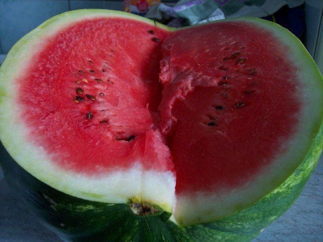 В 100 граммах сочной мякоти арбуза содержится всего-навсего 38 калорий