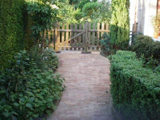 Кирпичная садовая дорожка