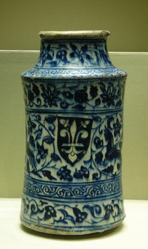 Ваза украшенная Флер де лис. Сирия первая половина XIV века