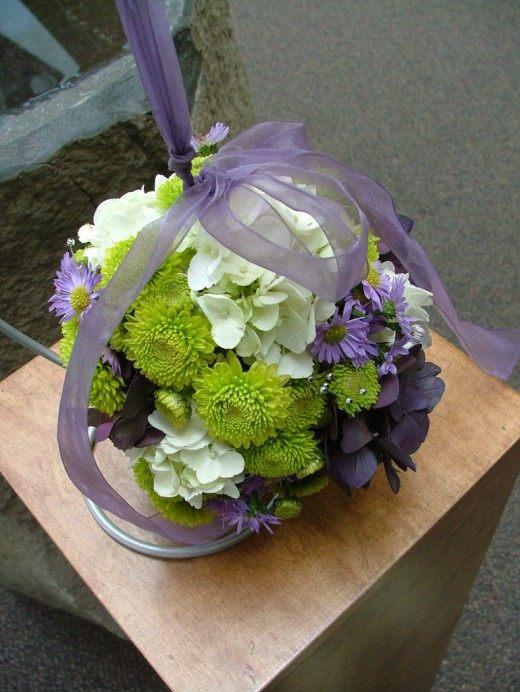 Свадебная помандера из гортензий и хризантем