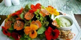 Салат с настурцией