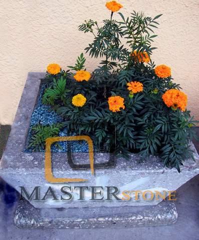 Композиция из цветов и декоративного щебня