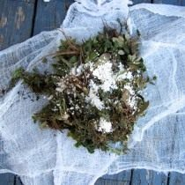Складываем травы на марлю. Можно добавить органических элементов в виде дрожжей, скорлупы или золы