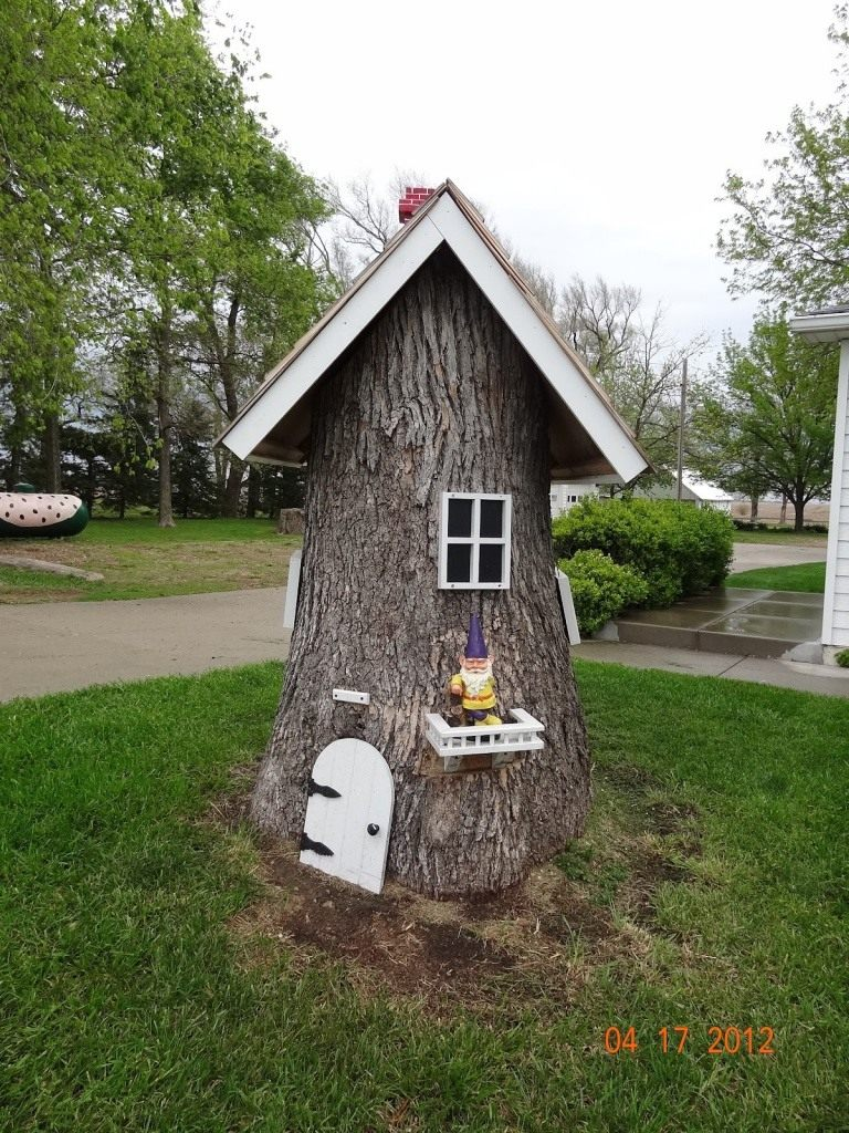 decorated-tree-stump-004