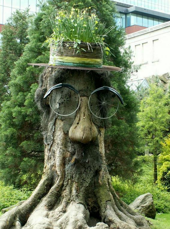 decorated-tree-stump-008