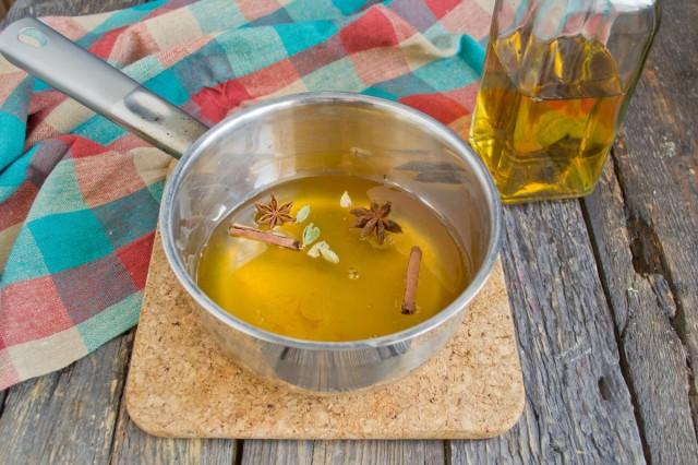 Смешайте винный уксус, сахар, мед и пряности, варите до растворения сахара