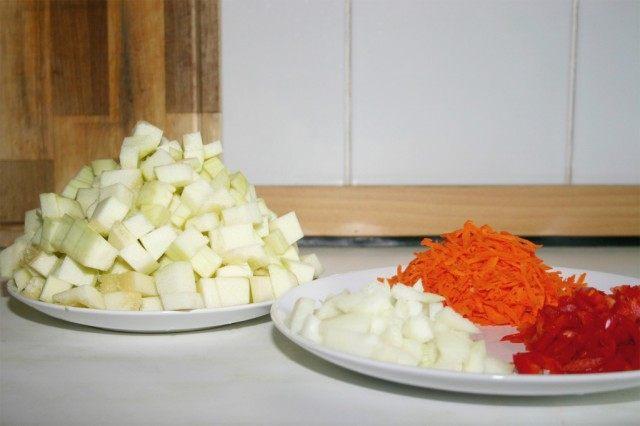Нарежьте заранее лук, морковь, перец и кабачок.
