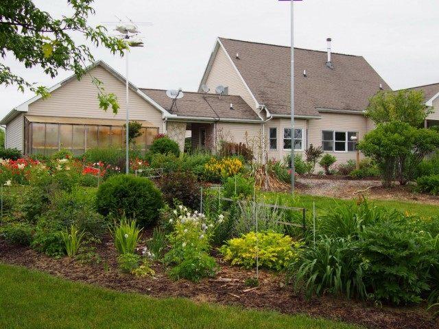 Вид на дом с другой стороны участка