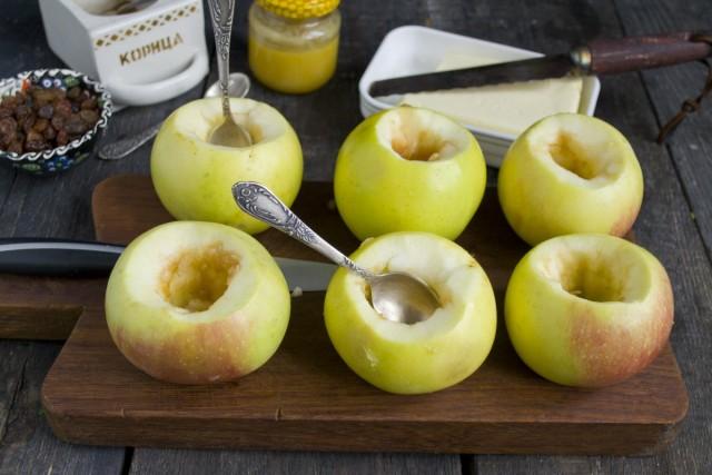 Вымойте яблоки и очистите сердцевинку