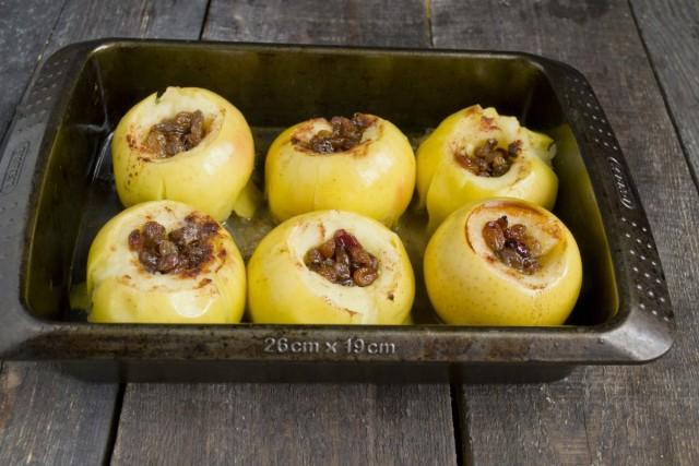Запекайте яблоки 15 минут