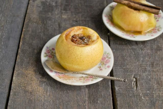 Дать печёным яблокам немного остыть и подать на блюдце