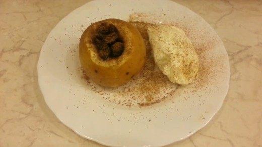 Украсьте блюдо с печеными яблоками корицей и мороженым