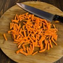 Нарезаем морковь соломкой