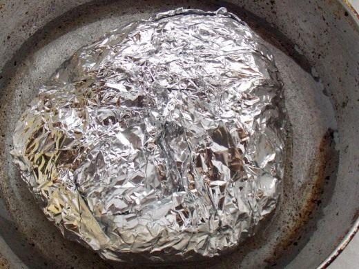 Положим завёрнутое в фольгу мясо в чугунную сковороду