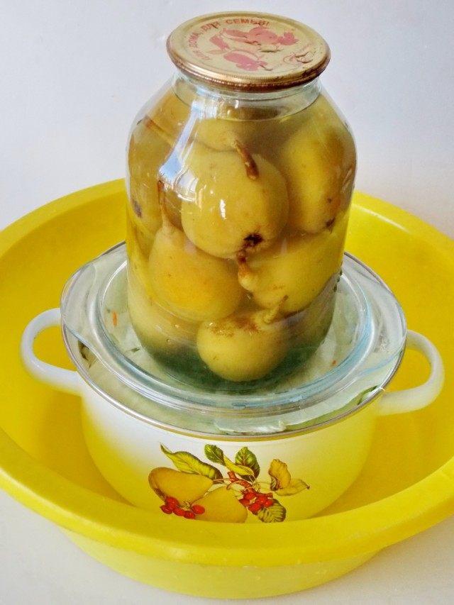 Поставьте квашеную капусту в тепле под гнёт