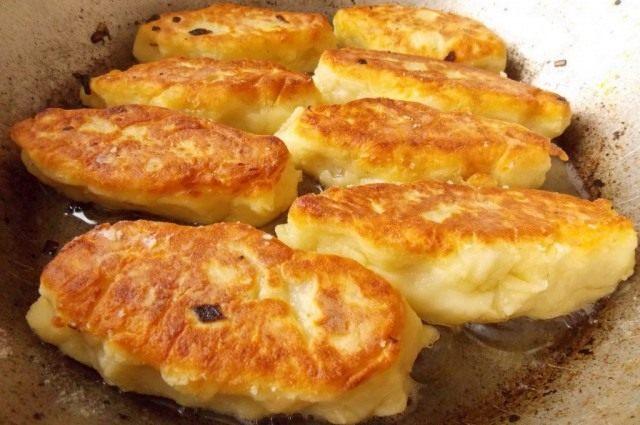 Обжариваем картофельные зразы с грибами до золотистой корочки с двух сторон