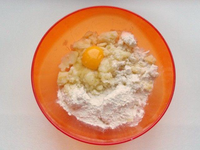 В картофельное пюре добавляем: яйцо, муку, соль, перец и все тщательно перемешиваем
