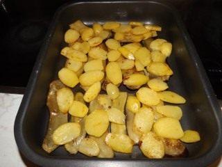 Поверх баклажанов выложите картофель
