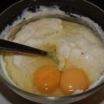 Добавьте в охлажденный соус два яйца и перемешайте до однородной массы