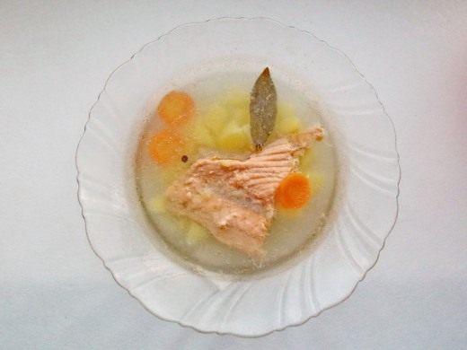 Рыбный суп, уха из лосося готов. Приятного аппетита.