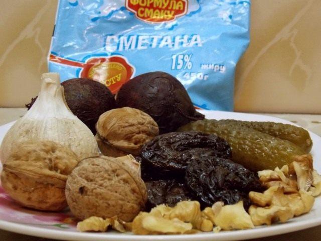 Ингредиенты для салата из свеклы с чесноком и грецкими орехами «Бордо»
