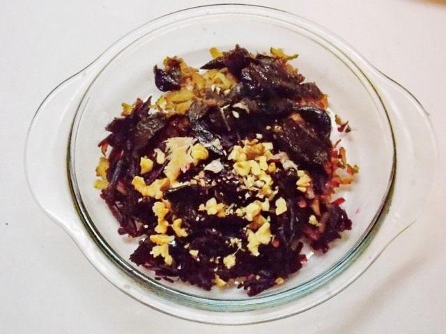 Нарежем чернослив и измельчим орехи