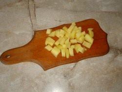 Нарежьте картофель кубиками