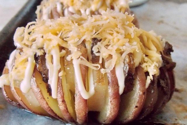 Посыпаем картофель натёртым сыром