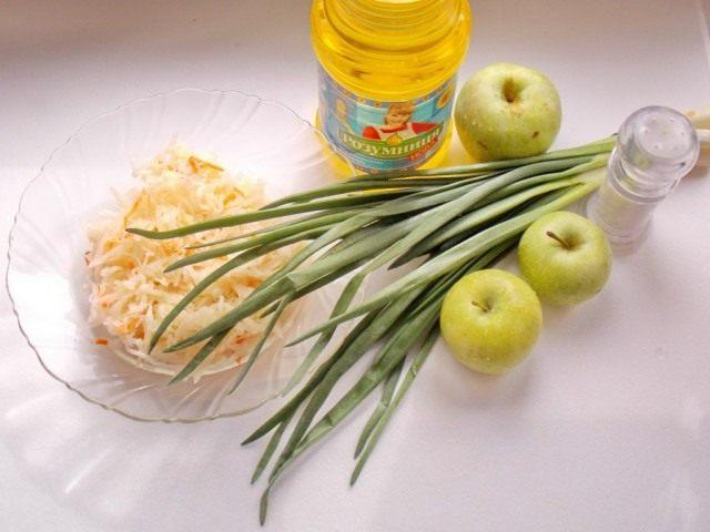 Ингредиенты для салата из квашеной капусты с яблоком и зелёным луком