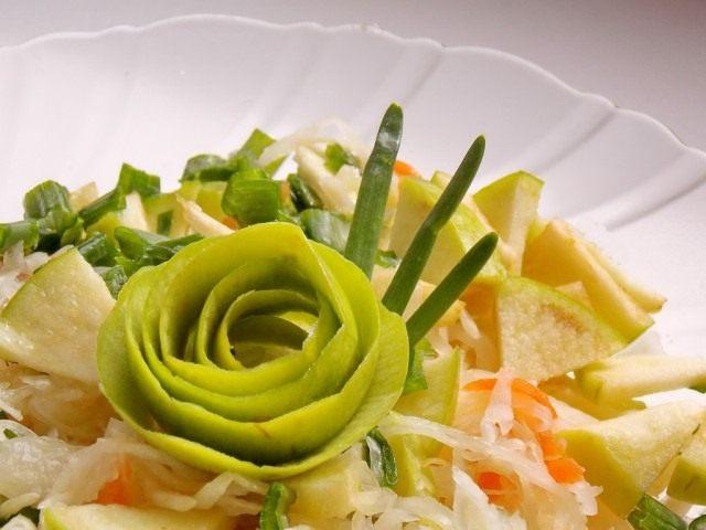 Салат из квашеной капусты с яблоком и зелёным луком