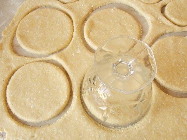 Раскатаем тесто и вырежем формы для сочников