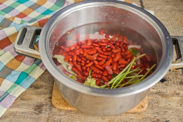 Наливаем воду, добавляем фасоль, доводим до кипения, снимаем накипь