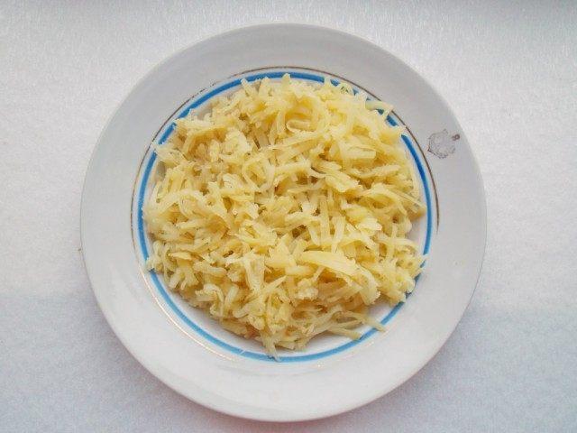 Слой 1. Выкладываем натертый картофель