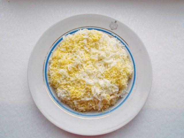 Слой 3. Натираем яйцо