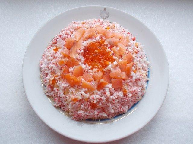Салат из икры и красной рыбы и креветок