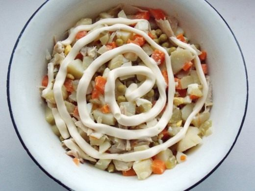 Заправляйте салат Оливье с курицей непосредственно перед подачей на стол