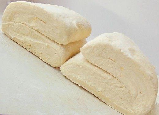 Процедуру раскатывания-складывания повторяем в общей сложности 3-4 раза, и Слоёное тесто готово!