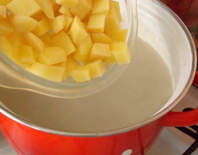 Добавляем в бульон картофель