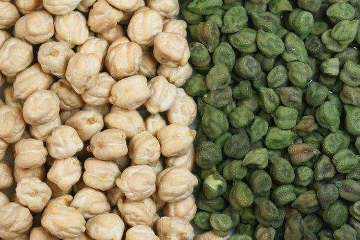 Зёрна белого (европейского) и зелёного (индийского) нута