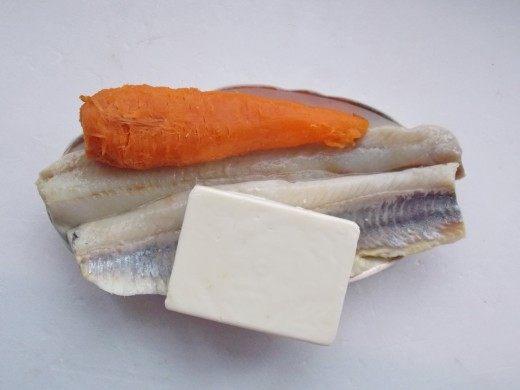 Отварим морковку и почистим Сельдь