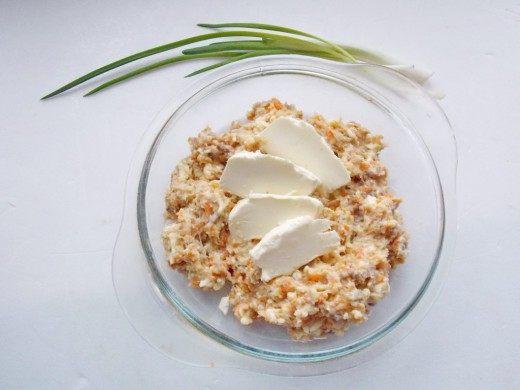 В мясорубке прокрутить, сельдь и морковь. Перемешать массу с сырком.
